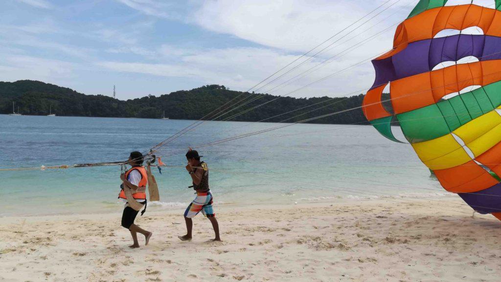 parasailing_next_to_aseania